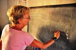 Lieke schrijft tot maandag op het schoolbord