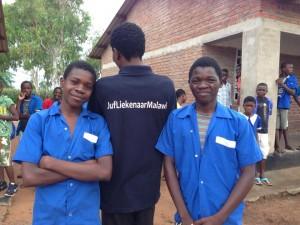 2 jongens in uniform met kingston