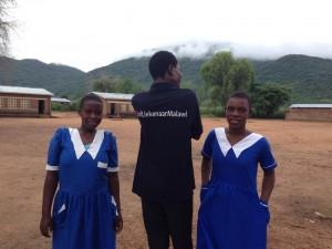 2 meisjes in schooluniform met kingston
