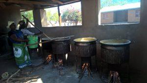De keuken waar dagelijks voor 2100 kinderen pap wordt gekookt