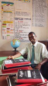 Mr. R. Bwanali, hoofd van de school